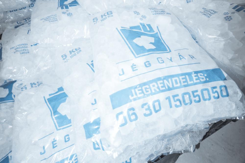 Jéggyár: jégkocka zsákokban